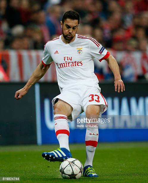 Jardel of Benfica runs with the ball during the UEFA Champions League quarter final first leg match between FC Bayern Muenchen and SL Benfica at...