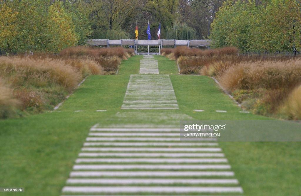 Jardin des Deux Rives, realise en 2004 par l architecte ...