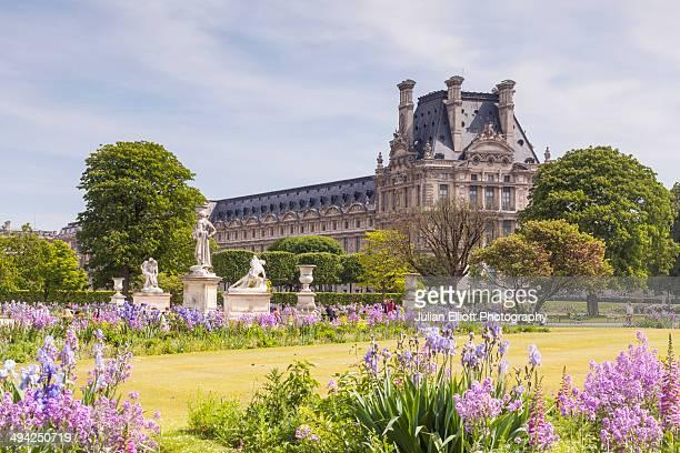 jardin des tuileries and the louvre museum, paris. - チュイルリー地区 ストックフォトと画像