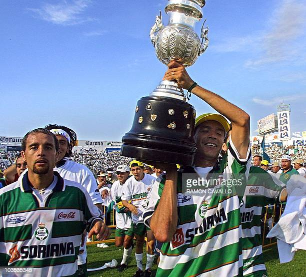 Jared Borgetti of Santos raises the trophy with his teammate Johan Rodriguez in Torreon 20 May 2001 Jared Borgetti del Santos levanta la copa junto a...
