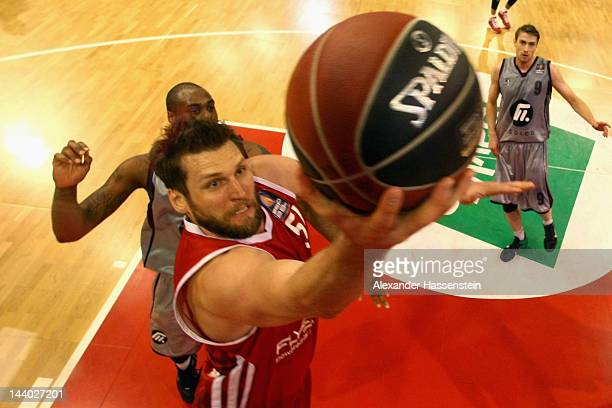 Jared Homan of Muenchen battles for the ball with Anthony King of Artlan Dragons during Game 2 of the BEKO BBL Quaterfinals between FC Bayern...