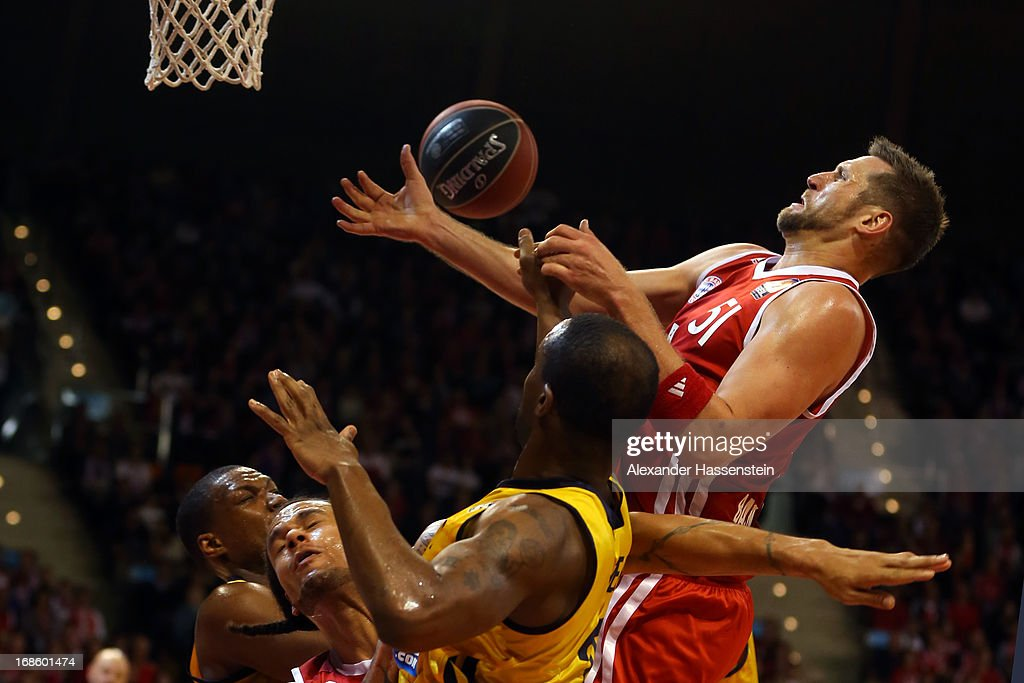 Jared Homan of Muenchen shoots against Je`Kel Foster of Berlin during Game 3 of the quarterfinals of the Beko Basketball Playoffs between FC Bayern Muenchen and ALBA Berlin at Audi-Dome on May 12, 2013 in Munich, Germany.