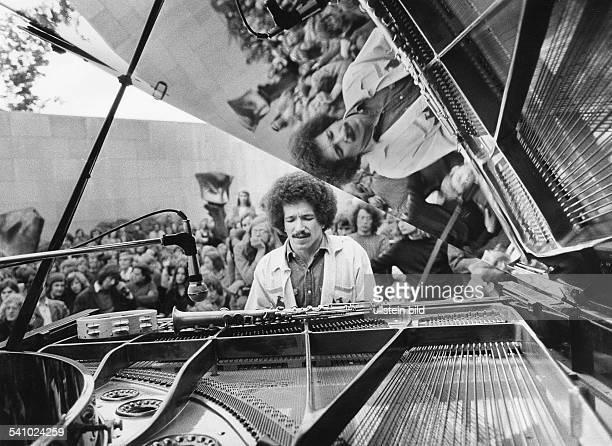 Jarrett, Keith *-Musiker, Pianist, Komponist, Jazz, USA- Portrait waehrend der Veranstaltung 'Jazz in the Garden' in Berlin- 1972