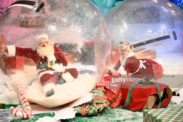 """Jason Bateman"""" Episode 1792 -- Pictured: Host Jason Bateman as Santa Claus and Cecily Strong as Mrs. Claus during the """"Santa's Village"""" sketch on..."""
