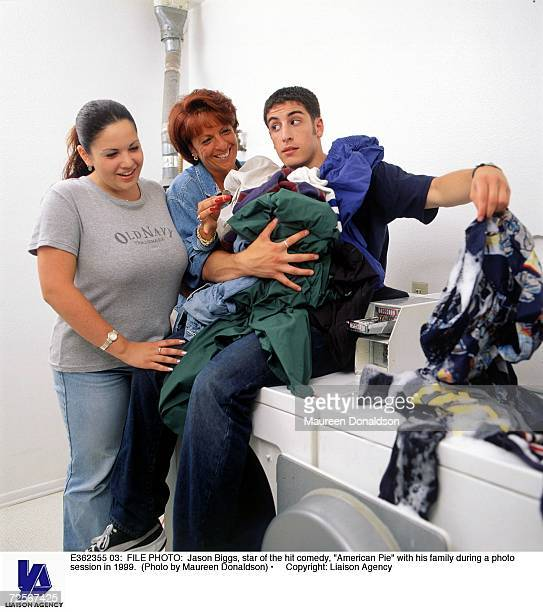Jason Biggs star of the hit comedy 'American Pie' with his family during a photo session in 1999