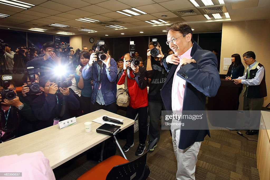 Jason Chen, chief executive officer of Acer Inc., puts on his jacket as he prepares to leave a news conference at the company's headquarters in New Taipei City, Taiwan, on Monday, Jan. 13, 2014. Acers new chief executive officer plans to build on the Taiwanese personal computer makers existing hardware background to turn the company around from three years of losses. Photographer: Maurice Tsai/Bloomberg via Getty Images