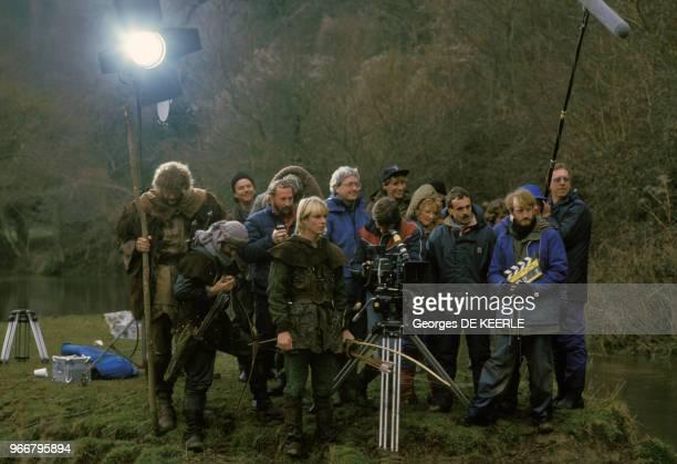 Jason Connery et Judi Trott entourés de toute l'équipe du tournage de 'Robin des Bois' dont le réalisateur est Robert Young le 23 mars 1985 au...