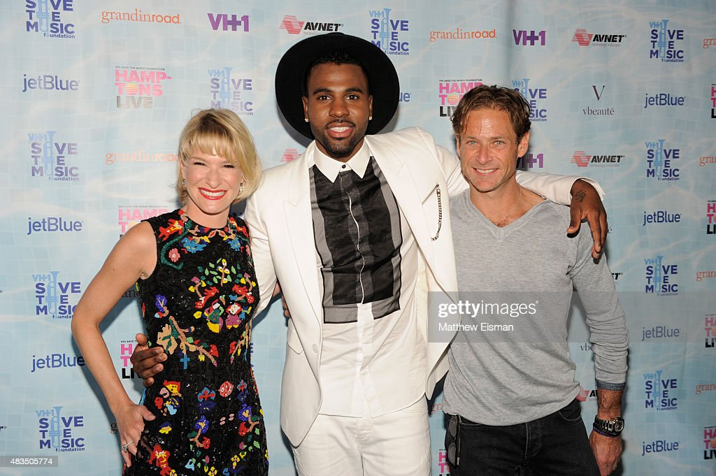 Jason Derulo (C) poses with Billy Macklowe (R) and Julie Macklowe (L) at VH1 Save The Music Foundations 'Hamptons Live' benefit hosted by Billy and Julie Macklowe at a private estate on August 8, 2015 in Sagaponack, New York.