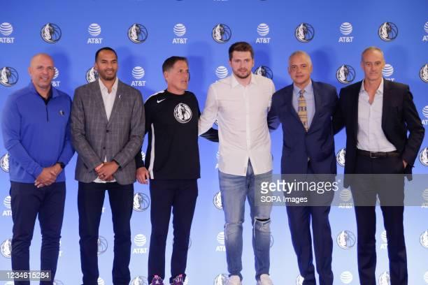 Jason Kidd, Nico Harrison, Mark Cuban, Luka Doncic, Doncics agents Bill Duffy and Enrique Villalobos during a press conference. Slovenian NBA star,...