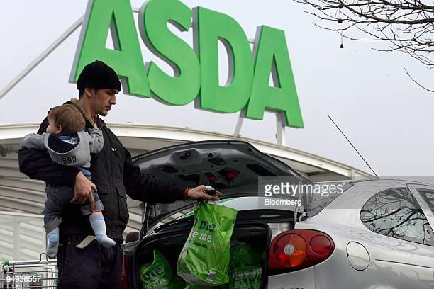 Jason Milligan loads shopping into his car at an Asda store in Leyton east London UK on Wednesday Jan 14 2009 Asda WalMart Stores Inc's UKsupermarket...