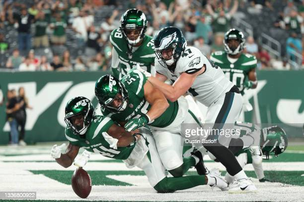 Jason Pinnock of the New York Jets, Blake Cashman of the New York Jets, and Jack Stoll of the Philadelphia Eagles chase a loose fumble in the end...