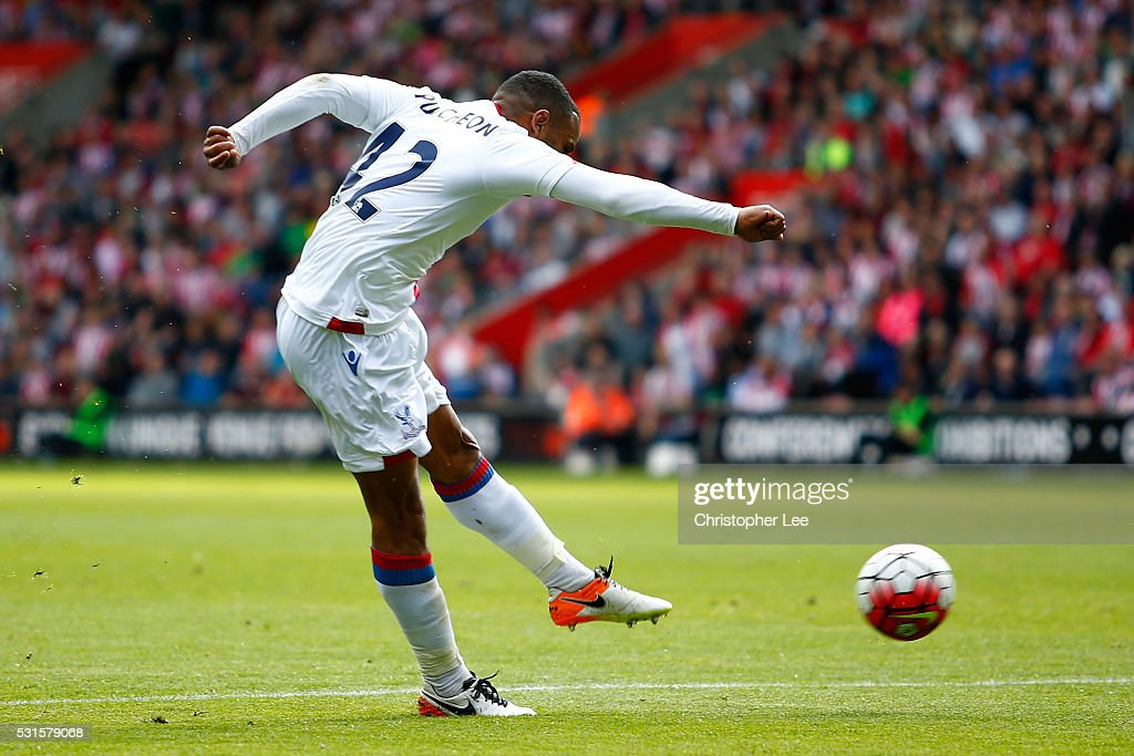 Jason Puncheon of Crystal Palace scores his team's first goal during the Barclays Premier League match between Southampton and Crystal Palace at St Mary's Stadium on May 15, 2016 in Southampton, England.