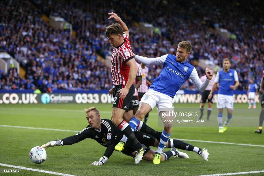 Jason Steele of Sunderland and and Sam Winnall of Sheffield Wednesday during the Sky Bet Championship match between Sheffield Wednesday and Sunderland at Hillsborough on August 16, 2017 in Sheffield, England.