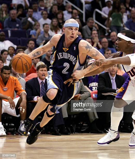Jason Williams of the Memphis Grizzlies drives with ball around Quentin Richardson of the Phoenix Suns in game one of the Western Conference...