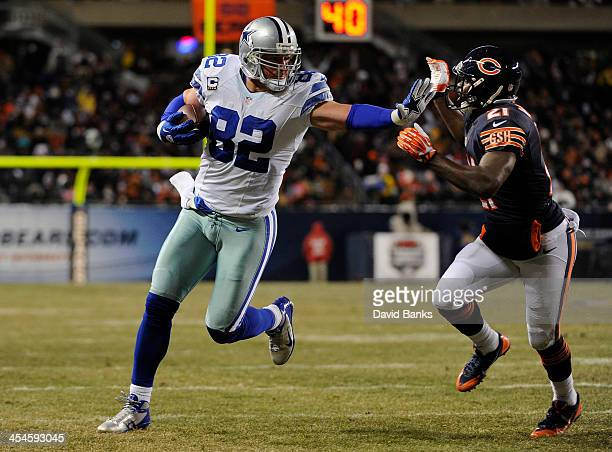 Jason Witten of the Dallas Cowboys catches a touchdown pass as he's defended by Major Wright of the Chicago Bears during the second quarter on...