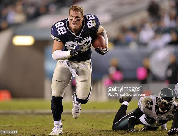 Jason Witten of the Dallas Cowboys runs with the ball without his helmet against the Philadelphia Eagles at Lincoln Financial Field on November 4,...