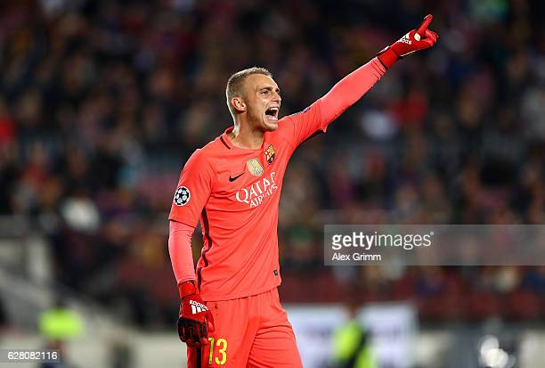 Jasper Cillessen of Barcelona gives his team instructions during the UEFA Champions League Group C match between FC Barcelona and VfL Borussia...