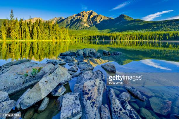 parque nacional jasper, en alberta canadá - montañas rocosas canadienses fotografías e imágenes de stock