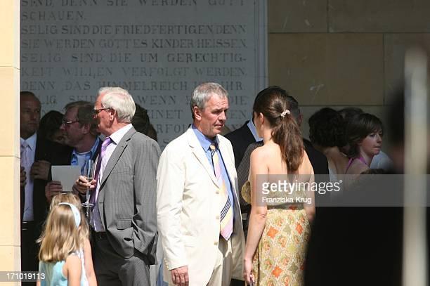 ( Jauch Hochzeit: Fritz Egner Mit Seiner Ehefrau Katrin Und Tochter Lara Vor Der Kirche Vor Der Trauung Am 070706