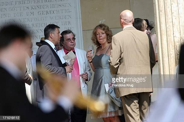 Jauch Hochzeit Vl Berlins Bürgermeister Klaus Wowereit Hellmuth Karasek Und Seine Ehefrau Dr Armgard Vor Der Kirche Vor Der Trauung Am 070706