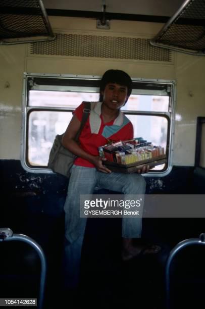 Java Indonésie juin 1985 A la découverte de l'île de Java par le train Siang Express ou train des rizières Ici portrait d'un marchand de cigarette...