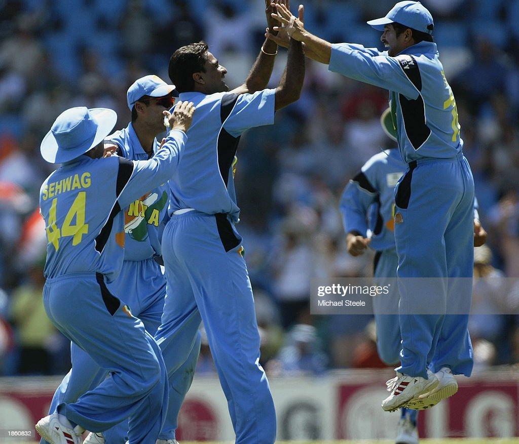 Javagal Srinath of India celebrates with his team mates : News Photo