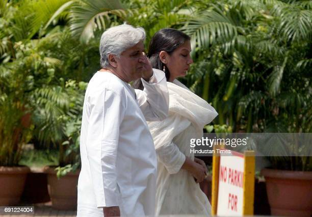 Javed Akhtar and Shabana Azmi at Lilavati Hospital Bandra after Jagjit Singh died of brain haemorrhage on Monday