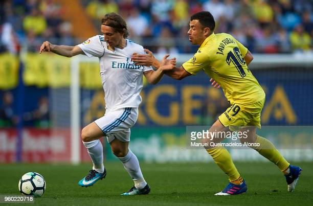 Javi Fuego of Villarreal competes for the ball with Luka Modric of Real Madrid during the La Liga match between Villarreal and Real Madrid at Estadio...