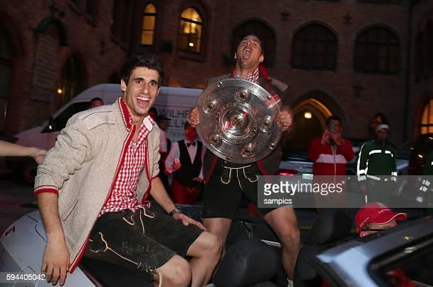 Javi Martinez FC Bayern München und Claudio Pizarro FC Bayern München mit Meisterschale 1 Bundesliga Fussball FC Bayern München FC Augsburg 30...