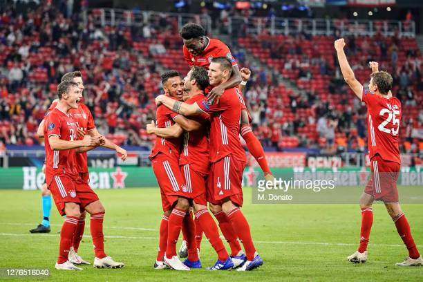Javi Martinez of FC Bayern Munich celebrates with teammates Benjamin Pavard , Robert Lewandowski, Corentin Tolisso, Alphonso Davies, Niklas Suele and...