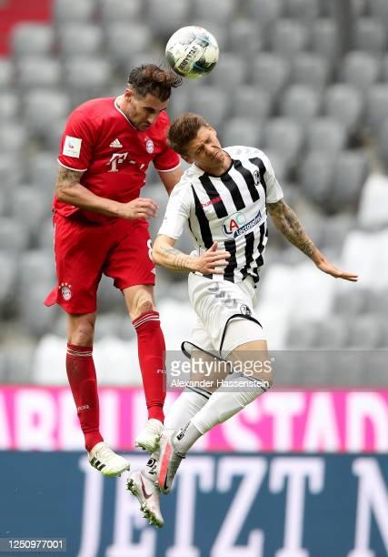 Javi Martínez of Bayern Muenchen challenges Mike Frantz of Freiburg during the Bundesliga match between FC Bayern Muenchen and Sport-Club Freiburg at...