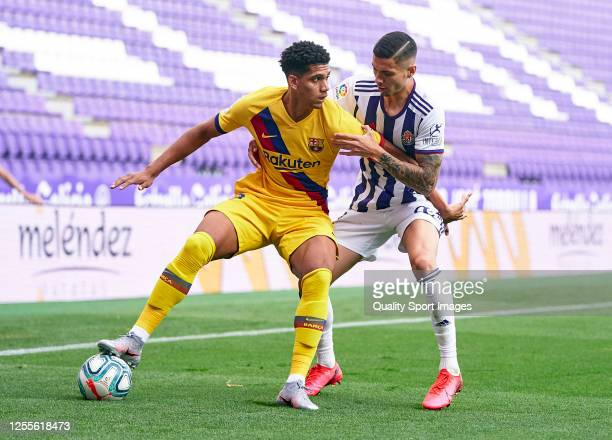 Javi Sanchez of Real Valladolid competes for the ball with Ronald Araujo of FC Barcelona during the Liga match between Real Valladolid CF and FC...