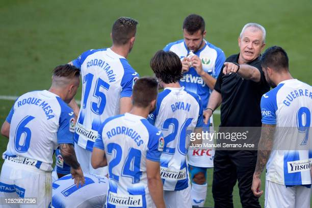Javier Aguirre, Manager of Leganes speaks to his team during a drinks break during the Liga match between CA Osasuna and CD Leganes at Estadio El...