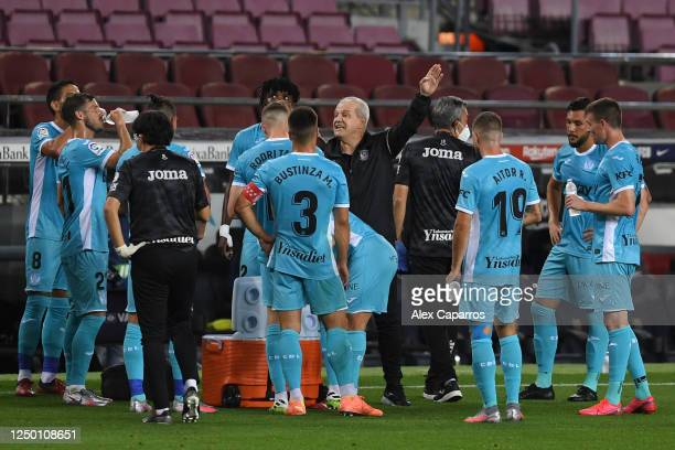 Javier Aguirre Manager of Leganes speaks to his team during the Liga match between FC Barcelona and CD Leganes at Camp Nou on June 16 2020 in...