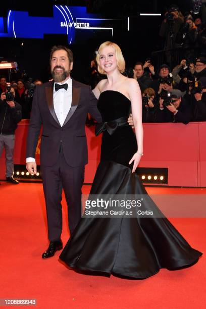 ¿Cuánto mide Elle Fanning? - Altura - Real height Javier-bardem-and-elle-fanning-pose-at-the-the-roads-not-taken-the-picture-id1208869943?s=612x612