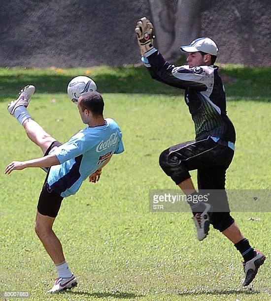 Javier Chevanton y el golero Sebastian Viera de la seleccion uruguaya de futbol participan de un entrenamiento a puertas cerradas en Caracas el 01 de...