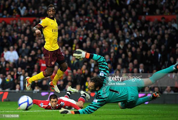 Javier Hernandez of Manchester United looks on as Manuel Almunia of Arsenal saves his header but the ball rolls into the path of Fabio Da Silva to...