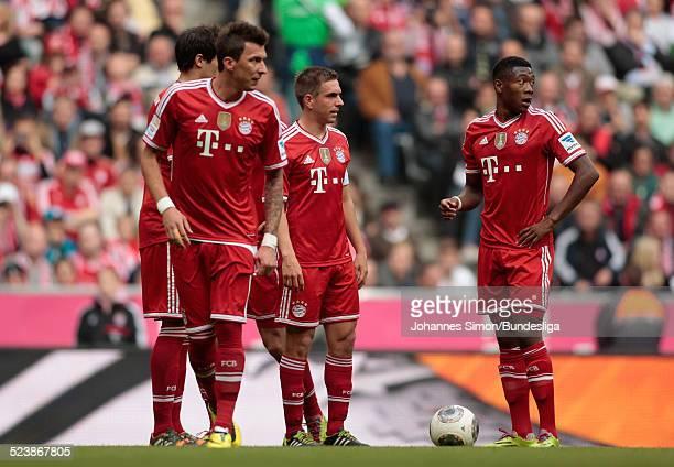 Javier Martinez Mario Mandzukic Philipp Lahm und David Alaba vorm Freistoss beim BundesligaSpiel FC Bayern Muenchen gegen Borussia Dortmund am 12...