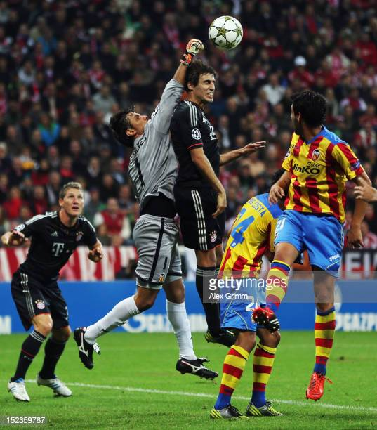 Javier Martinez of Muenchen is challenged by goalkeeper Diego Alves Tino Costa and Daniel Parejo of Valencia during the UEFA Champions League group F...