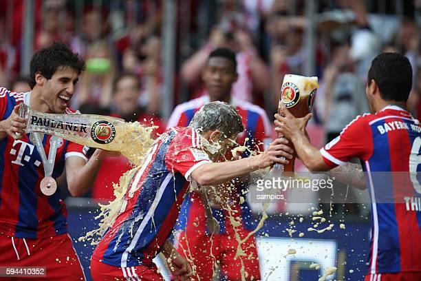 Javier Martinez und Thiago Alcantara überschütten Philipp Lahm mit Weißbier FC Bayern München feiert die 24 deutsche Meisterschaft Fussball...