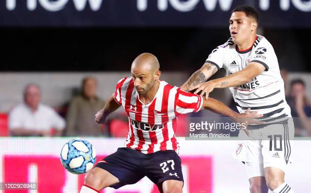Javier Mascherano of Estudiantes and Juan Quintero of River Plate fight for the ball during a match between Estudiantes and River Plate as part of...