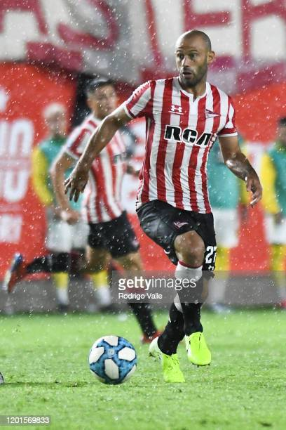 Javier Mascherano of Estudiantes drives the ball during a match between Estudiantes and Defensa y Justicia as part of Superliga 2019/20 at Jorge Luis...
