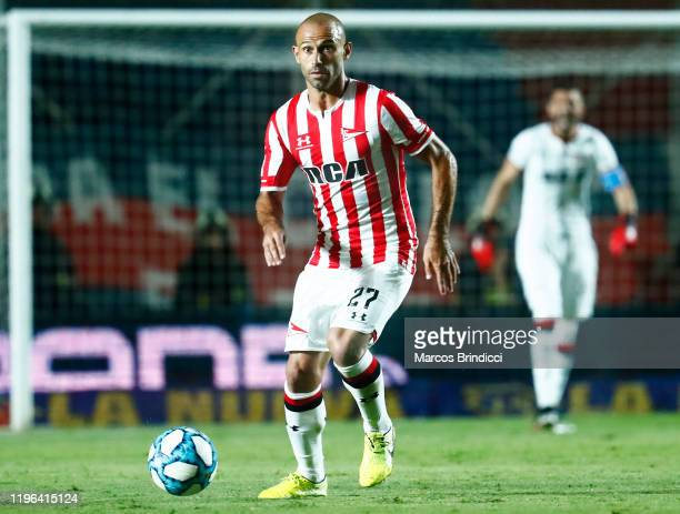 Javier Mascherano of Estudiantes drives the ball during a match between San Lorenzo and Estudiantes as part of Superliga 2019/20 at Pedro Bidegain...