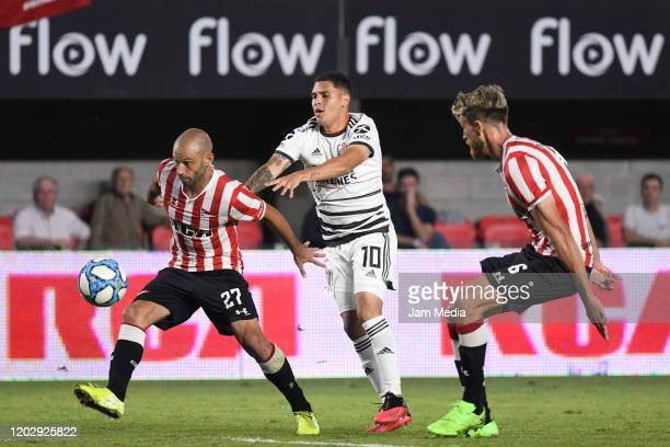 Javier Mascherano of Estudiantes fights for the ball with Juan Quintero of River Plate during a match between Estudiantes and River Plate as part of...