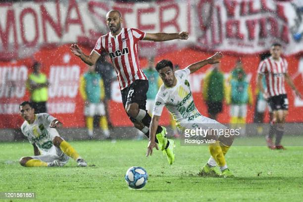 Javier Mascherano of Estudiantes fights for the ball with Nelson Acevedo of Defensa y Justicia during a match between Estudiantes and Defensa y...