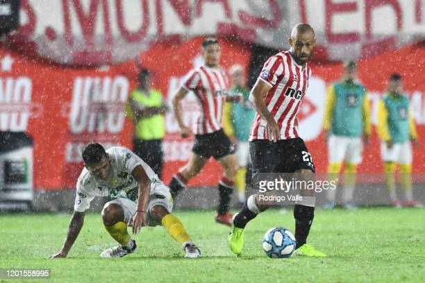 Javier Mascherano of Estudiantes fights for the ball with Ruben Botta of Defensa y Justicia during a match between Estudiantes and Defensa y Justicia...