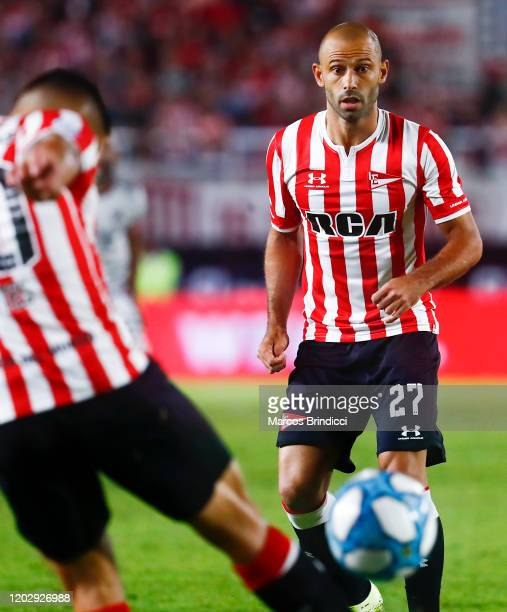 Javier Mascherano of Estudiantes watches as teammate Juan Fuentes kicks the ball during a match between Estudiantes and River Plate as part of...