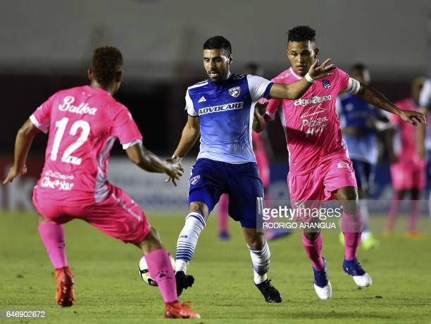 Javier Morales of US Dallas vies for the ball with Amilcar Henriquez and Roberto Chen of Panamanian Arabe Unido during the second leg quarterfinal of...