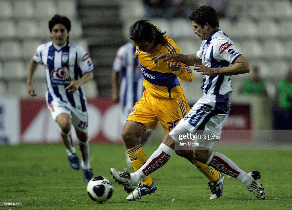Pachuca v Tigres - Apertura 2009 : ニュース写真
