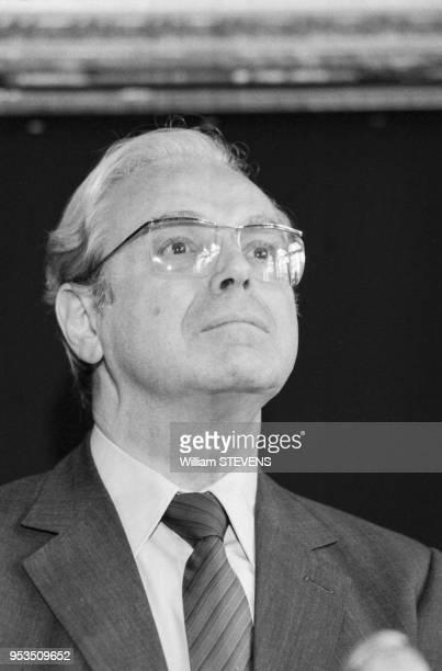 Javier Pérez de Cuéllar secrétaire général de l'ONU lors d'un hommage aux soldats enterrés au Fort de Douaumont Verdu le 8 septembre 1988 France